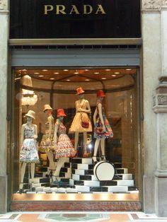 MILAN     CADILLACS DE LOS AÑOS CINCUENTA, estilo pink , pañuelos en la cabeza y los famosos bolsos de Prada,  es el nuevo estilo...