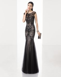 Vestido largo sirena de pedrería con godettes de tul y cuello redondo y complementado con chal, en color marino, rojo/negro y negro/nude.