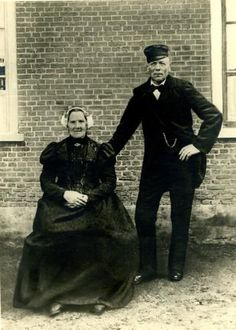 het Kethelse echtpaar Arij van der Marel (1841-1920) en Trijntje de Haas (1840-1920) in Delflandse klederdracht. #ZuidHolland #Delfland #rond Folk Costume, Costumes, Old Street, My Beauty, Traditional Outfits, Vintage Photos, Netherlands, Holland, Dutch