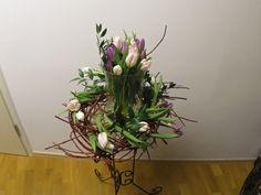 """Eine Frühjahresdekoration auf ein freistehenden Ständer, möchte ich euch in diesem Beitrag vorstellen. Die Raumdekoration besteht aus zwei Sorten Tulpen, mehren Zweigen Cornus alba und Ruscus. Zudem benötigt Ihr eine Metallständer, eine flache Schale (Glas - Torten - Platte) und ein großes Windlicht, indem ihr ein Teil eurer Tulpen fast Vollständig hineinstellen könnt. Für die Dekoration beginnt ihr mit dem Zweigen vom Cornus alba """"Sibirica"""", die ihr in die gewünschte Form zusammenbindet…"""