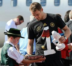 """94 Me gusta, 10 comentarios - MANUEL NEUER 