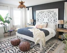 chambre adulte style boheme et ethnique tete de lit en bois sculptee tapis berbere