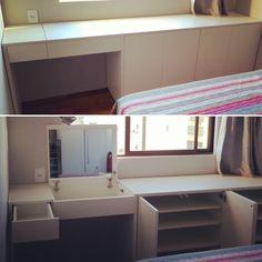 MESA DE TRABALHO +PENTEADEIRA+ SAPATEIRA! Móveis multifuncionais são tendência em apartamentos cada vez menores! Projeto: arq. @gabi.peregrino Execução: @lamarcenaria