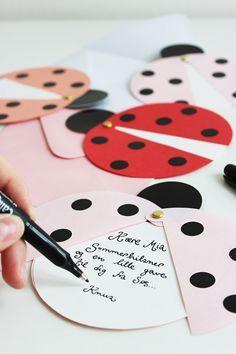 DIY ladybug party invites (via Marie Marie Morolle). - Miriam Make Up-Hair - DIY ladybug party invites (via Marie Marie Morolle). DIY ladybug party invites (via Marie Marie Morolle). Kids Crafts, Diy And Crafts, Craft Projects, Diy Paper, Paper Crafting, Paper Folding Crafts, San Valentin Ideas, Tarjetas Diy, Diy Cards