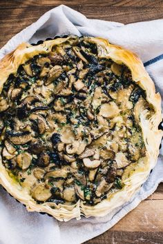 Tart This meal is endlessly adaptable and can be made into a pie with traditional pie crust, or molded in a free-form galette.This meal is endlessly adaptable and can be made into a pie with traditional pie crust, or molded in a free-form galette. Mushroom Tart, Mushroom Quiche, Vegetarian Recipes, Cooking Recipes, Tart Recipes, Savory Tart, Savoury Pies, Good Food, Yummy Food