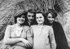Danuta Siedzikówna z przyjaciółmi, Narewka, 1944 lub 1945 Girl Fights, Polish Girls, World War Ii, Poland, Literature, Old Things, History, Left Out, World War Two