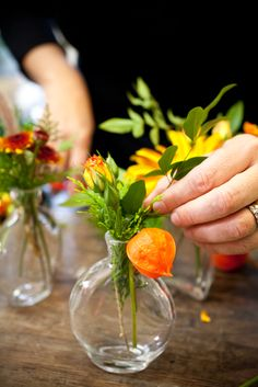 A Washingtonian Thanksgiving - Step By Step Floral Design - Holly Chapple Diy Thanksgiving Centerpieces, Pumpkin Centerpieces, Thanksgiving Table Settings, Thanksgiving Tablescapes, Art Floral, Floral Design, Diy Home Crafts, Fall Crafts, Pumpkin Planter