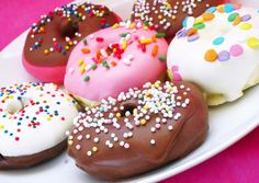 The average American eats 2 donuts a day. Most people I know only eat two donuts a month. Delicious Donuts, Yummy Food, Yummy Yummy, Donuts Beignets, Doughnuts, Donut Images, Donut Flavors, Foods To Avoid, Love Food