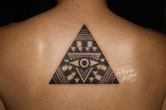 幾何学模様の三角形に目をデザインしたタトゥー 刺青作品です。所要時間の目安は3時間半前後、1日で完成しました。