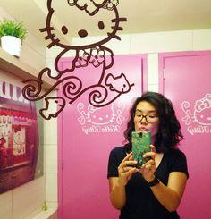 H E L L O  K I T T Y #bestbathroomever  #pinkfever #cutenessoverload #hellokitty #sanrio #ikwilereen #lekkerroze #teschattig #bestselfie #mirror #selfietime #picoftheday #instagood #instamood