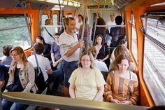 Fotograf Shaohui He organisiert einmal im Monat einen Meditations-Flashmobs in der Wiener #U-Bahn. U Bahn, Monat, Travel, City Life, Photographers, Group, Round Round, Viajes, Traveling