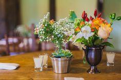 rustic wedding - set design by Ideiaria - Tetê Motta casamento rústico no campo - cenografia por Ideiaria - Tetê Motta detalhe arranjos mesas - Flora de série -  2015 foto julia lanari