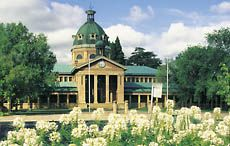 Exterior view of the Courthouse with flowerbed in foreground, Bathurst, Central NSW. Credit: Susan Wright. Image: Destination NSW