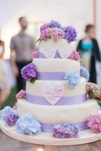 Svadobná torta so živými kvetmi, s hortenziami. / A Wedding cake with real hydrangea flowers.