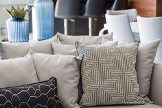 NEUTRAS E ELEGANTES | Estas almofadas usadas no projeto do Logo Arquitetura são um luxo, não são? Foto: A CASAA  #almofadas #decoracao #logoarquitetura #SpenglerDecor