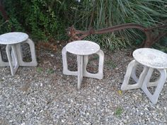 En nuestras búsquedas encontramos éstos viejos banquitos de Jardin en fibro cemento,  son desarmables y pesados. Ideales para armar un rincon en el jardín o terraza y para darles un toque mas retro unos almohadones en croche. Veni a visitarnos somos una propuesta diferente en decoración en punta del este, te ayudamos a darle personalidad a tu decoración.  En nuestro taller en ruta 10 la barra restauramos, patinamos y reciclamos muebles, fabricamos muebles diseñados a medida. Te esperamos…
