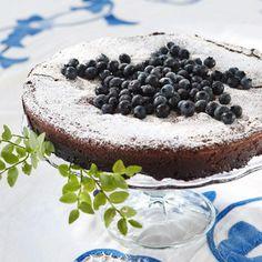Mustikka-suklaakakku // Blueberry Mudcake Food & Style Kati Pohja Photo Timo Villanen Maku 3/2011, www.maku.fi