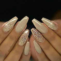 Adding some glitter nail art designs to your repertoire can glam up your style within a few hours. Check our fav Glitter Nail Art Designs and get inspired! Gold Nail Designs, Simple Nail Art Designs, Nails Design, Wedding Nails For Bride, Bride Nails, Sparkle Wedding, Nail Wedding, Wedding Pedicure, Wedding Gold