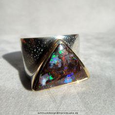 Yowahnuss australischer Opal rundum in 900/- Gold gefasst, auf einen 925/- Silberring formschön gelötet.