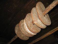 Toinen perinteinen muoto on ruisreikäleipä, joka on leimallisesti länsisuomalainen. Se on ohut, siinä on ripustusreikä ja se on tarkoitettu säilymään kauan. Länsi-Suomessa syötiin enimmäkseen tällaista kuivattua ruisleipää ja sitä leivottiin vain pari-kolme kertaa vuodessa suuret määrät kerrallaan. Reikäleipiä säilytettiin tuvan katossa (laessa) olevissa vartaissa.     Kuivattu ruisleipä säilyi hyvin yli talven ja käytettäessä sitä kostuttettiin ensin syötäväksi