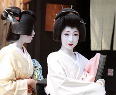 Geiko have finished training and  wear wigs with minimal ornament and simpler kimono with shorter sleeves than maiko.  Lonely planet japan
