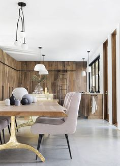 A Modern and Organic Dining Room Makeover (Emily Henderson) Dark Wood Kitchen Cabinets, Dark Wood Kitchens, Kitchen Wood, Kitchen Modern, Kitchen Furniture, Moroccan Inspired Bedroom, Decoracion Vintage Chic, Modern Dining Table, Dining Chairs