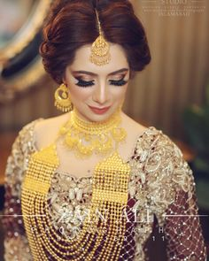 Pakistani Gold Jewelry, Pakistani Bridal, Antique Jewellery Designs, Indian Jewellery Design, Bridal Mehndi Dresses, Gold Jhumka Earrings, Bridal Makeover, Indian Bridal Makeup, Bridal Pictures