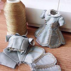 No photo description available. Barbie Clothes Patterns, Sewing Doll Clothes, Doll Dress Patterns, Sewing Dolls, Clothing Patterns, Blythe Dolls, Girl Dolls, Diy Vetement, Fairy Clothes