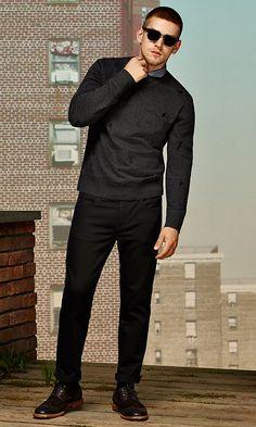 Schwarzes Sweatshirt, dunkelblaues Poloshirt, schwarze Jeans und dunkelbraune Schuhe von BOSS Orange