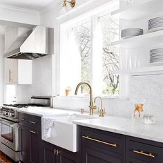 Marble countertops paired with dark base cabinets & brass accents. @elizabethlawsondesign, thanks for showing us the kitchen of our dreams!  ✨To see more of our fave spaces from Insta, head over to our *new* community page! Link is in our profile.✨ [: @jenniferhughesphoto] #myoklstyle #regram #kitchen #interiordesign