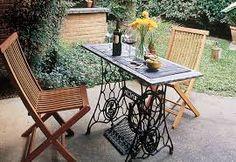 Esta ideia de mesa com pés de máquina antiga confere ao ambiente um ar rústico.