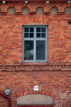 Bildresultat för rött tegel grå fönster