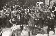 Alfonso XIII retratado por Pepe Campúa en Las Hurdes mientras organizaba el reparto de alimentos,