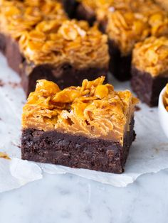 Brownies med cornflakes i saltkolasås No Bake Desserts, Delicious Desserts, Dessert Recipes, Low Fat Vegetarian Recipes, Bakery Recipes, Food Cakes, No Bake Cake, Love Food, Sweet Recipes