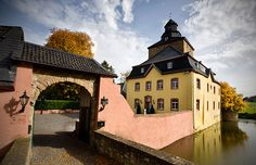 Die Burg Kirspenich - ein unvergesslich schöner Ort in Bad Münstereifel  Gibt es etwas Romantischeres als eine Hochzeitsfeier in einem stilvollen, historischen Gemäuer? Dann starten Sie in Ihren neuen Lebensabschnitt in unserer einzigartigen Hochzeitslocation! Die Burg Kirspenich in Bad Münstereifel liefert Ihnen das stimmungsvolle Ambiente für diesen wichtigen Anlass. Hier können Sie südlich von Köln wie in einem Märchen feiern.