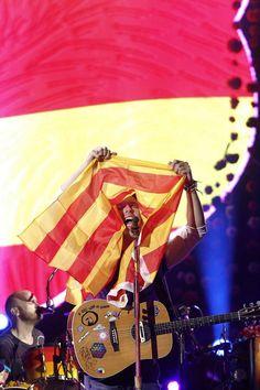 El grupo ofrece un concierto en el Olímpic de Barcelona. Martin exhibe una bandera catalana en el escenario. Es la gira de su nuevo disco 'A head full of dreams'.