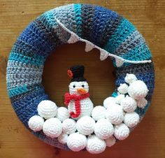 Snowman and snowball Wreath. Link to English pattern. In post Dutch explanation Crochet Christmas Wreath, Crochet Wreath, Crochet Christmas Decorations, Crochet Decoration, Christmas Knitting, Christmas Wreaths, Christmas Crafts, Christmas Things To Do, Christmas Angels