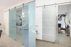 10 ideas para sumar una puerta estilo granero  Para una estética más liviana, una versión en vidrio con riel de acero inoxidable.         Foto:Specialtydoors.com