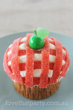 Easy cake decorating tutorial - Gingham Apple Cupcake