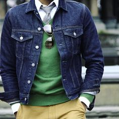 Marrying a navy denim jacket with yellow chinos is an on-point choice for a casually cool outfit. Outfit Jeans, Jean Jacket Outfits, Blazer Jeans, White Denim Jacket Mens, 50s Style Men, Mature Mens Fashion, Gentleman Mode, Mode Jeans, Men Casual