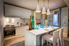 O piso parece de madeira mas é vinílico - perfeito para esta cozinha perfeita também. #cozinha