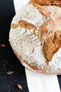 Unser Wachauer-Laib - ein würzig-rustikales, halbweißes Brot mit Sauerteig gebacken. Mit kräftigem Kümmelaroma.  Tipp: Dieses Brot passt gut zu pikanten Aufstrichen, Räucherwurst, Speck, Fleisch, Kartoffelsuppe oder mildem Käse.