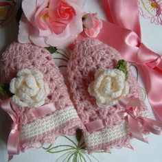 Guanti senza dita per bambina eseguiti a mano all'uncinetto in pura lana con due rose decorative