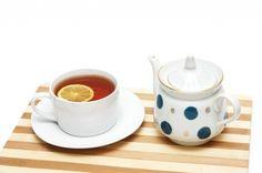 L'heure du thé est un moment sacré !Malheureusement le thé tâche votre théière ainsi que vos tasses. Pensez bicarbonate de sodium pour nettoyer votre théière ! Pour ne pas abîmer votre théière, laissez agir 1h une lotion composée d'1 L d'eau et d'1 cuillère à soupe de bicarbonate. Rincez ensuite votre théière puis essuyez avec un chiffon doux. Les traces disparaissent et votre service à thé est comme neuf!