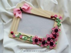 Art consists of limitation. The most beautiful part of every picture is the frame. Chesterton request by sis Adlis. Paper Quilling Flowers, Quilling Work, Neli Quilling, Paper Quilling Designs, Quilling Paper Craft, Quilling Patterns, Quilling Ideas, Photo Frame Decoration, Picture Frame Decor