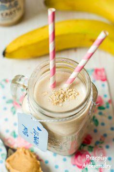 Smoothie (koktajl) z masłem orzechowym, płatkami owsianymi i bananem./smoothie with peanut butter, banana and oatmeal