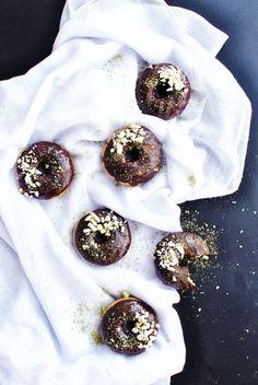 Čokoládové matcha donuty - veganské, nepečené a tak akorát sladké!