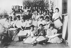 Embroidery Class, Paco School, Manila, circa 1900 #kasaysayan #pinoy #classpicture Les Philippines, Philippines Fashion, Class Pictures, Evolution Of Fashion, Pinoy, Archipelago, Filipino, Vintage Photos, Culture