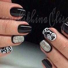 Красивые ногти черные с серебром и белым. На безымянном ногте обратный френч.