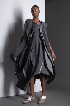 Movement, fluidity, depth. SHADOW AND THE MIND / fashion design graduate Ana Maria Nieto at n-positif.com